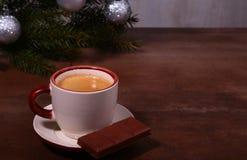 Copo e chocolate de café na textura de madeira da tabela Coffeebreak Tempo do Natal imagem de stock royalty free