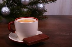 Copo e chocolate de café na textura de madeira da tabela Coffeebreak Tempo do Natal fotos de stock