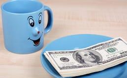 Copo e dólar O copo está procurando dólares Foto de Stock