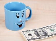 Copo e dólar O copo está procurando dólares Imagens de Stock