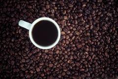 Copo e feijões de café fotografia de stock royalty free