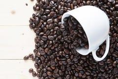 Copo e feijões de café da vista superior Foto de Stock