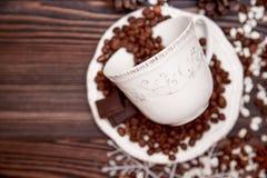 Copo e feijões de café no fundo de madeira blurry fotos de stock