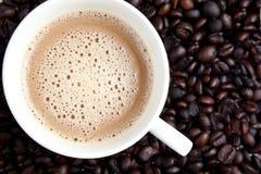 Copo e feijões de Coffe Fotografia de Stock
