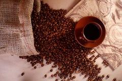 Copo e feijões de Coffe fotos de stock
