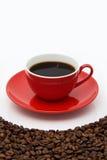 Copo e feijões vermelhos de café. Fotografia de Stock Royalty Free