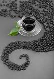 Copo e grão de café Imagens de Stock