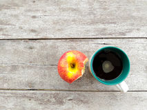 Copo e maçã de café Imagem de Stock