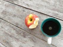 Copo e maçã de café Fotos de Stock