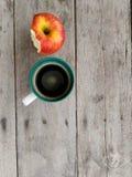 Copo e maçã de café Foto de Stock Royalty Free