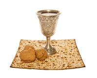 Copo e nozes de prata de Kiddush do Matzo para a páscoa judaica Fotografia de Stock