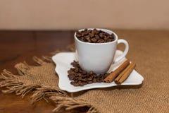 Copo e pires brancos da cookie da canela dos feijões de café Imagens de Stock