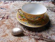 Copo e pires da porcelana em uma tela imagem de stock royalty free