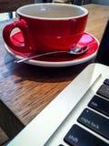 Copo e portátil de café imagens de stock