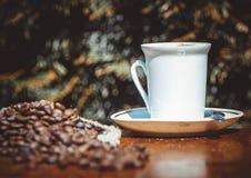 Copo e saucer de café em uma tabela de madeira Imagem de Stock