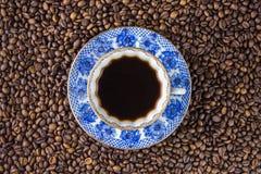 Copo e saucer de café em uma tabela de madeira Fundo escuro Fotos de Stock