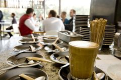 Copo e saucer de café no café fotografia de stock royalty free