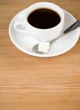 Copo fora do café na madeira Fotos de Stock Royalty Free