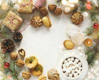 Copo ho do chocolate e de cookies sortidos: cookies do linzer, biscoito amanteigado, cookies de amêndoa alaranjadas fotos de stock royalty free