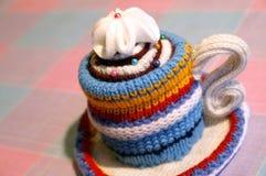 Copo listrado feito malha Handmade do chá Imagens de Stock Royalty Free