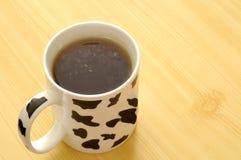 Copo manchado com chá verde Fotos de Stock