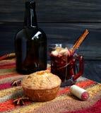 Copo Natal quente do vinho ferventado com especiarias fotografia de stock royalty free