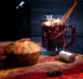 Copo Natal quente do vinho ferventado com especiarias fotografia de stock