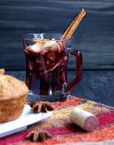 Copo Natal quente do vinho ferventado com especiarias fotos de stock