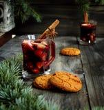 Copo Natal quente do vinho ferventado com especiarias fotos de stock royalty free