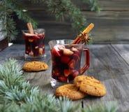 Copo Natal quente do vinho ferventado com especiarias foto de stock