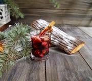 Copo Natal quente do vinho ferventado com especiarias imagens de stock royalty free