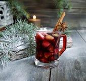 Copo Natal quente do vinho ferventado com especiarias imagem de stock