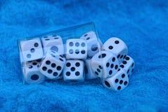 Copo plástico claro com dados brancos em uma tela azul de lãs fotos de stock royalty free