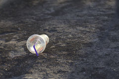Copo plástico em uma terra Fotografia de Stock Royalty Free
