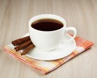Copo quente do chá de aquecimento com canela Imagem de Stock Royalty Free