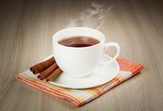 Copo quente do chá de aquecimento com canela Fotos de Stock