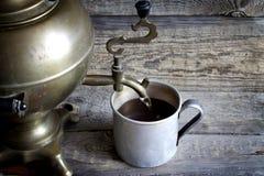 Copo retro velho do chá com o samovar na tabela do vintage imagens de stock
