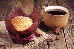 Copo saboroso do queque e de café Fotografia de Stock Royalty Free
