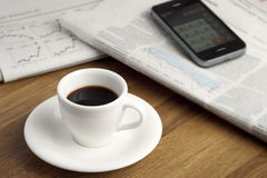 Copo, smartphone e jornais de Coffe. Imagens de Stock