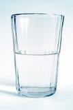 Copo transparente de vidro com água fotos de stock royalty free