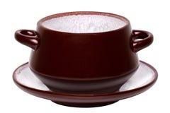 Copo vazio da sopa isolado Close-up de um copo cerâmico marrom vazio da sopa em uma placa isolada em um fundo branco Molde para o imagem de stock