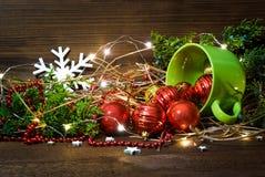 Copo verde com brinquedos e luzes do Natal no fundo de madeira isolado imagem de stock