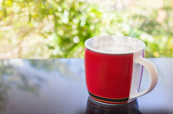 Copo vermelho clássico do café preto e do fundo da árvore Fotografia de Stock Royalty Free