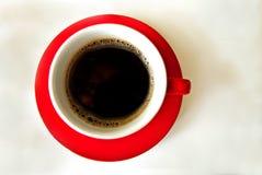Copo vermelho com café fotografia de stock royalty free