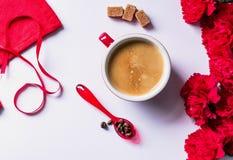 Copo vermelho com café quente, aromático imagem de stock