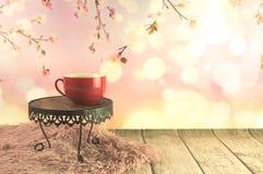 Copo vermelho completamente do caf? imagem de stock royalty free