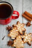 Copo vermelho do chá e das cookies do Natal Imagens de Stock Royalty Free