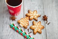 Copo vermelho do chá e das cookies do Natal Imagens de Stock
