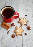 Copo vermelho do chá e das cookies do Natal Imagem de Stock Royalty Free