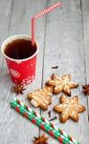 Copo vermelho do chá e das cookies do Natal Fotografia de Stock Royalty Free